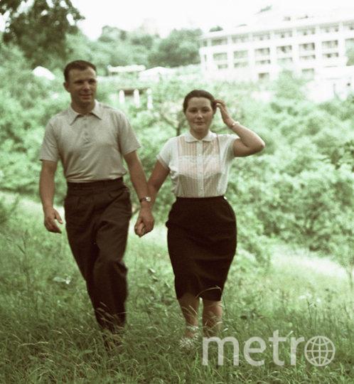 Первый в мире космонавт, Герой Советского Союза майор Юрий Гагарин (слева) с женой Валентиной (справа) на отдыхе. Фото РИА Новости