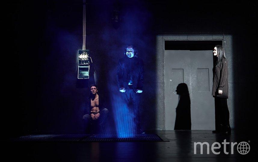 На сцене царит полумрак. Получается атмосферно. Фото пресс-служба театра