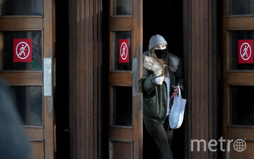 Особое внимание уделяется ручкам входных дверей, терминалам для оплаты банковскими картами, турникетам и поручням эскалаторов. Фото Getty