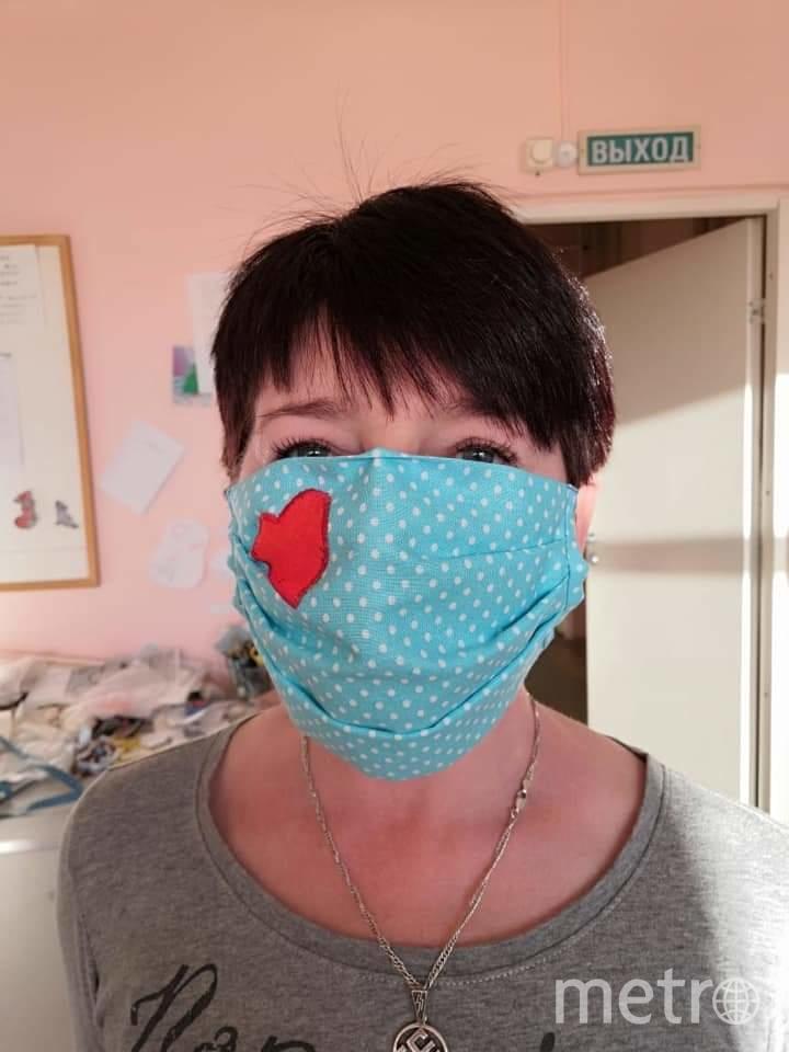"""Психолог и музыкант Татьяна помогает шить маски. Фото НКО """"Благое дело"""""""