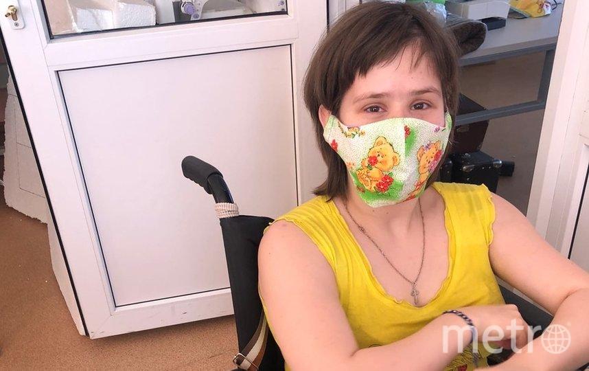 """Анастасия помогает в мастерской – гладит маски. Фото НКО """"Благое дело"""""""