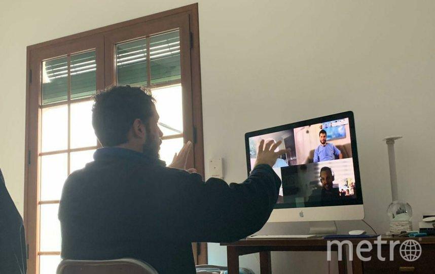 """Дирижёр Хуан общается с друзьями из своего города по видеосвязи. Фото Ася Гельман, """"Metro"""""""