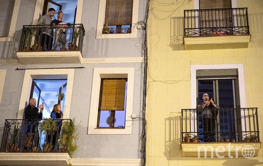 В Испании вечером вся страна выходит на балконы и аплодирует медикам. Фото Getty