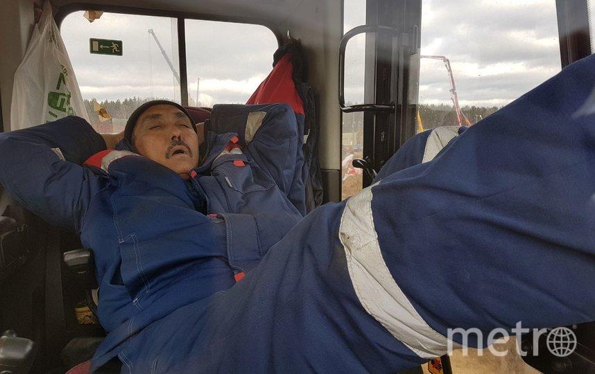Экскаваторщик отдыхает после тяжёлой смены. Фото Василий Кузьмичёнок