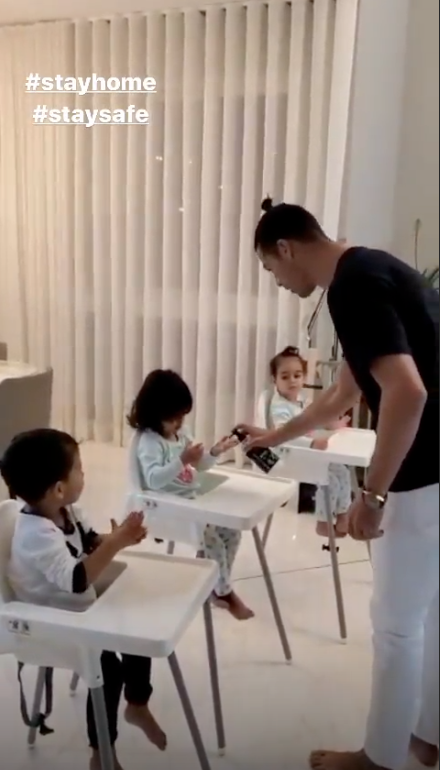 Криштиану Роналду с детьми. Фото Instagram @cristiano