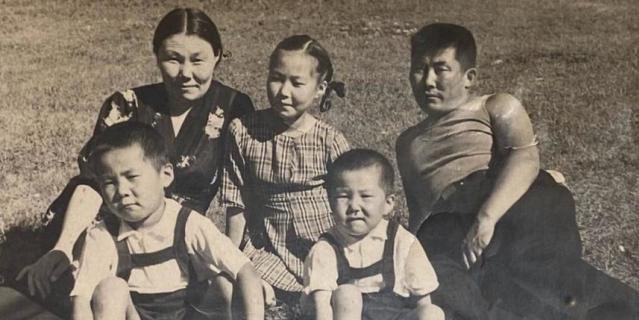 1950-е годы. Семья Бухаевых: будущий архитектор Вячеслав Бухаев (крайний слева) с родителями, старшей сестрой и младшим братом.