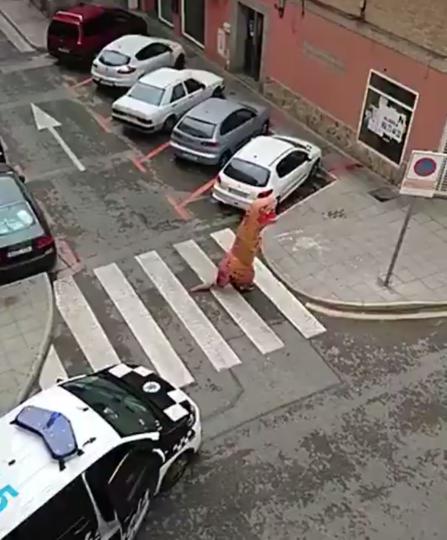 """В Испании """"тираннозавр"""" нарушил правила самоизоляции. Фото скриншот видео twitter Policia Local Murcia"""