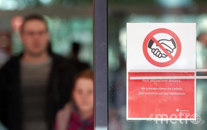 Пандемия коронавируса и рекомендации ВОЗ избегать рукопожатий заставляют людей творчески подходить к тому, чтобы поздороваться. Фото Getty