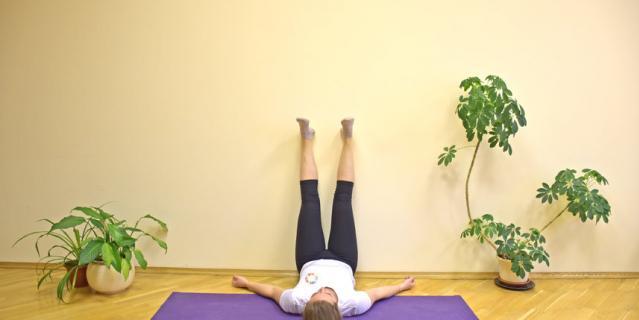 Положение ноги вверх с опорой на стену.