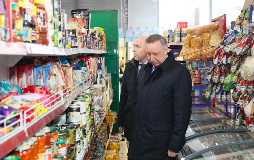 Александр Беглов осматривает наличие продуктов в магазине. Фото gov.spb.ru