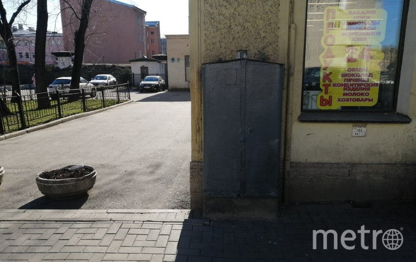 Стрит-арт в виде трамвая на Херсонской улице закрашен коммунальщиками. Фото mytndvor, vk.com