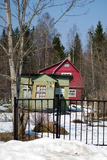 Сейчас спросом пользуются даже старые домики, хотя в приоритете те, что снабжены удобствами. Фото depositphotos