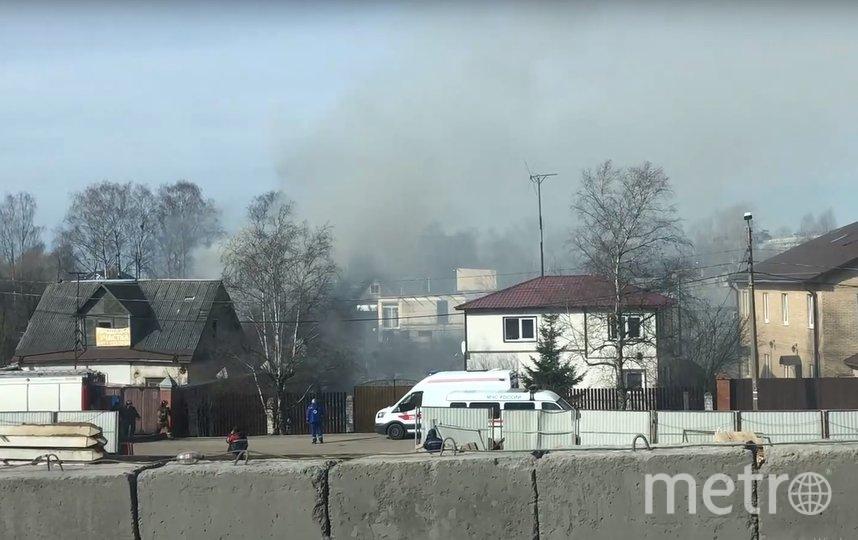 """Пожар произошел недалеко от станции """"Лигово"""". Фото vk.com/spb_today, vk.com"""