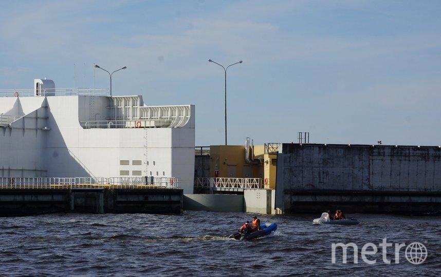 Надувная лодка утонула возле дамбы. Фото ФКП КЗС /dambaspb.ru