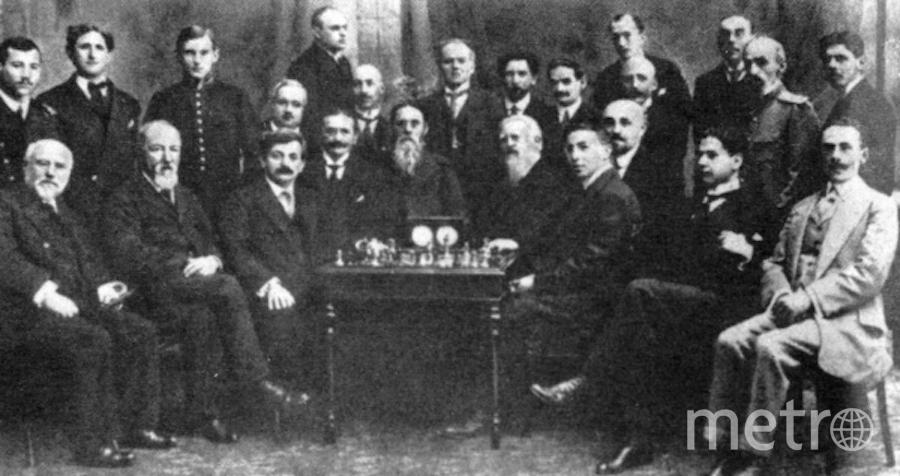 Участники международного шахматного турнира в Петербурге - Хосе Капабланка (2 справа сидит), Эмануэль Ласкер (3 слева сидит), Александр Алехин (3 слева стоит). Фото РИА Новости