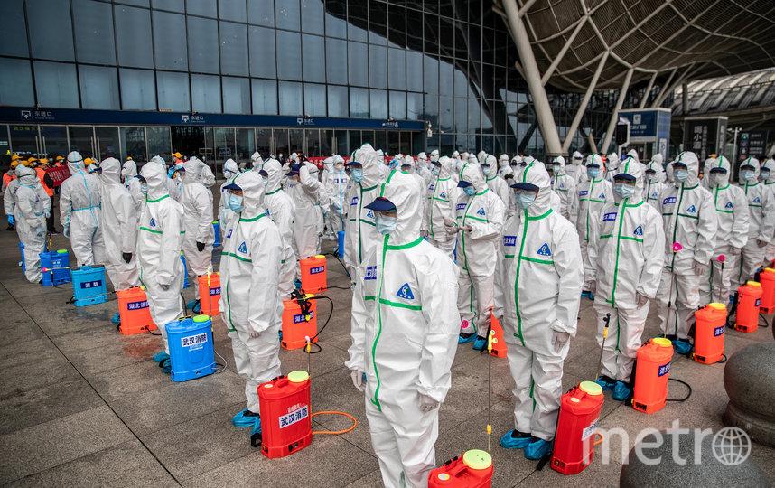 Процесс дезинфекции железнодорожной станции в Ухани. Фото AFP