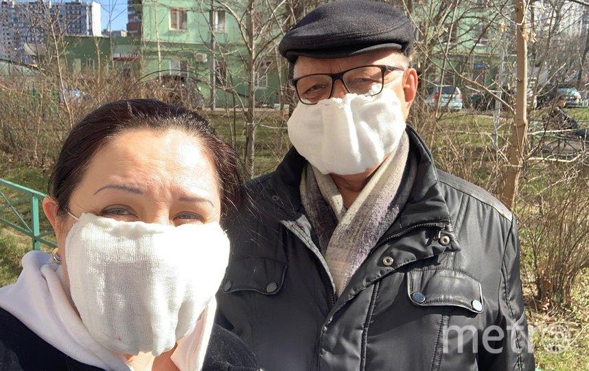 Татьяна с соседом Леонидом Степановичем в своих хендмейд масках. Фото Татьяна Устинова