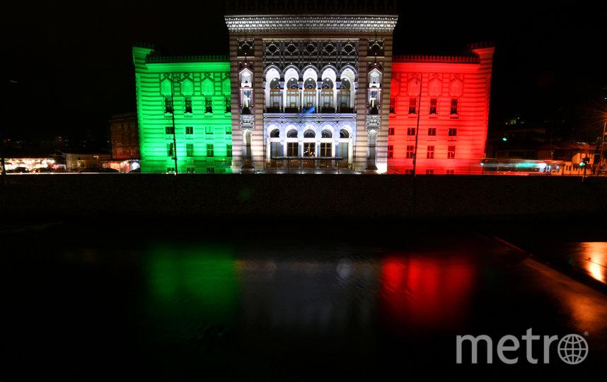 Здание Sarajevo city hall в столице Боснии и Герцеговины также окрасилось в цвета итальянского флага. Фото AFP