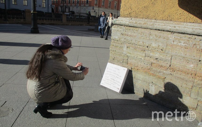 На нос памятника надели защитную маску. Фото Валентин Смирнов.