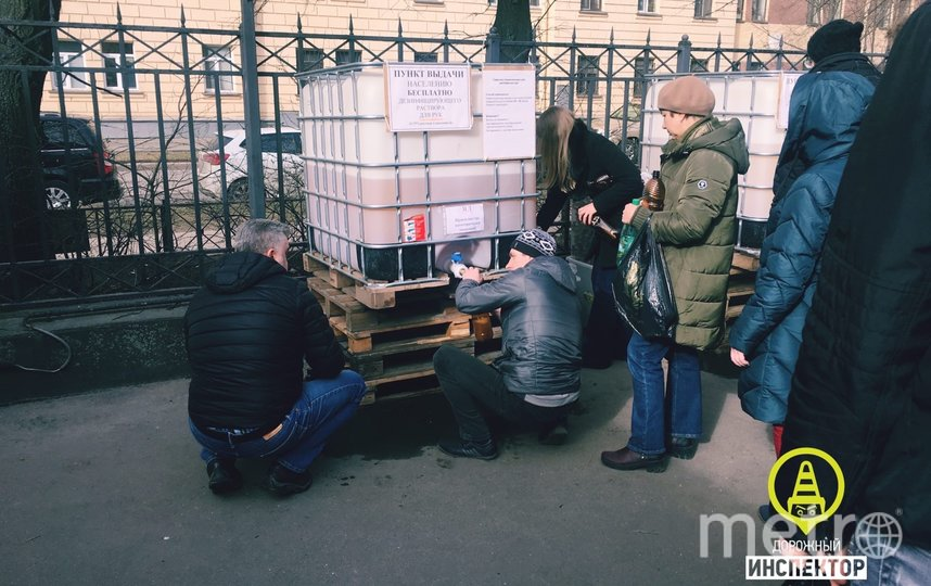 Бесплатный антисептик раздают в Петербурге всем желающим. Фото Дорожный инспектор /vk.com/dorinspb, vk.com