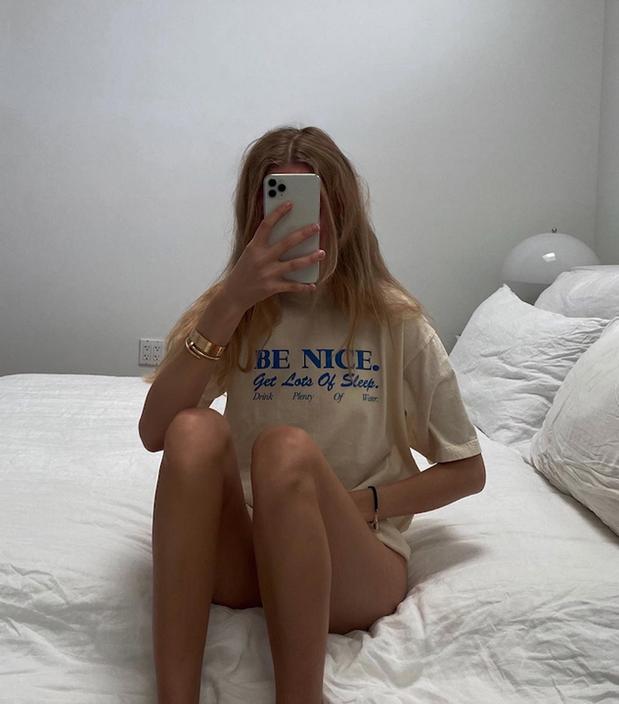 3. Пока сидите дома, закажите себе однотонные широкие футболки с надписями, с приспущенным плечом, те, в которых вы будете выглядеть актуально! Фото instagram.com/mvb