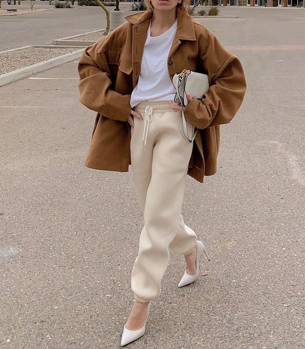 5. Чуть широкие штанишки, не на низкой талии, цвет на ваше усмотрение. Черные и серые можно будет носить, кстати, и с пиджаком. Фото instagram.com/filis_pina