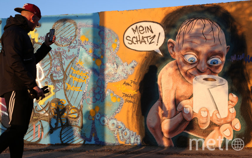 """Голлум, держащий туалетную бумагу как своё """"сокровище"""". Германия. Фото Getty"""