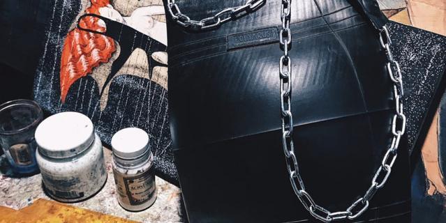 Резиновый запах у аксессуаров есть, но он быстро уходит. Многим он нравится – и люди покупают новые сумки, чтобы его ощутить.