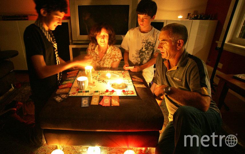 """""""Час Земли"""" начинается в 20:30 для каждого города по местному времени. Многие семьи используют это время как шанс поужинать при свечах или поиграть в настольные игры вместе. Фото Getty"""