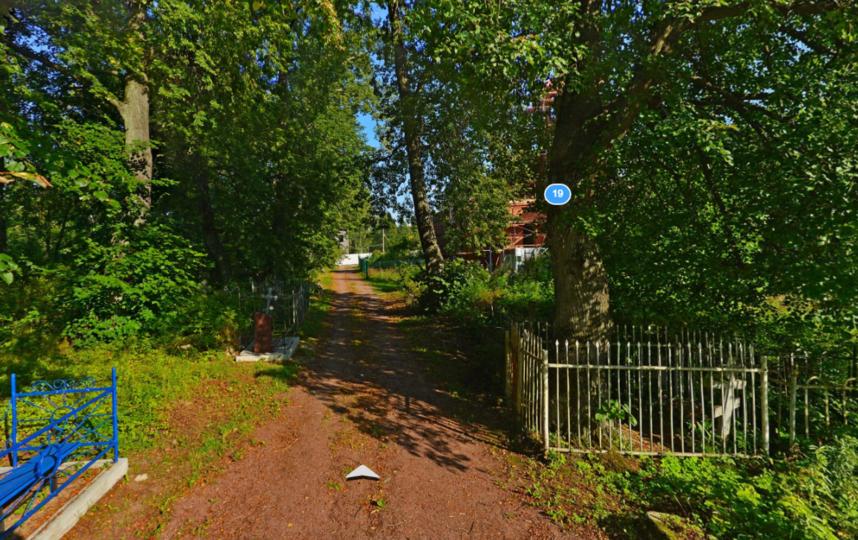 Подъездная аллея Свято-Троицкого кладбища в Петергофе. Фото Яндекс.Панорамы