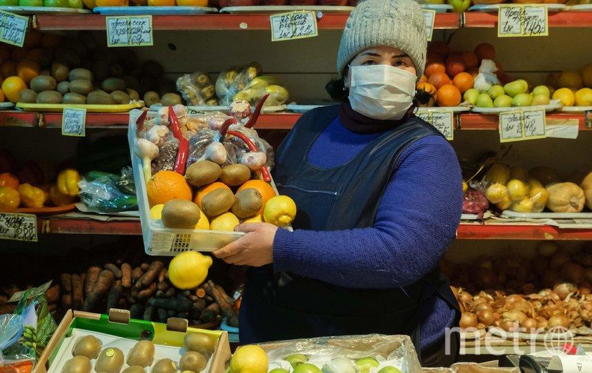 """На работе каждые пятнадцать минут обрабатываю руки». Майя Нигматова, продавец. Фото Алена Бобрович, """"Metro"""""""