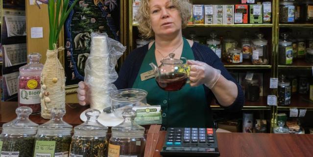 Продавцы магазинов остаются на рабочих местах. Ирина Соколова постоянно пьёт чай с облепихой и чабрецом.