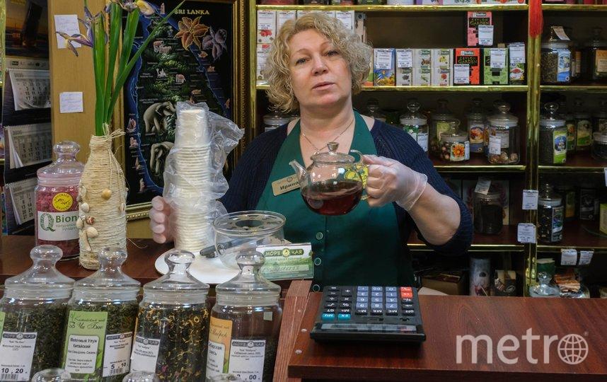 """Продавцы магазинов остаются на рабочих местах. Ирина Соколова постоянно пьёт чай с облепихой и чабрецом. Фото Алена Бобрович, """"Metro"""""""