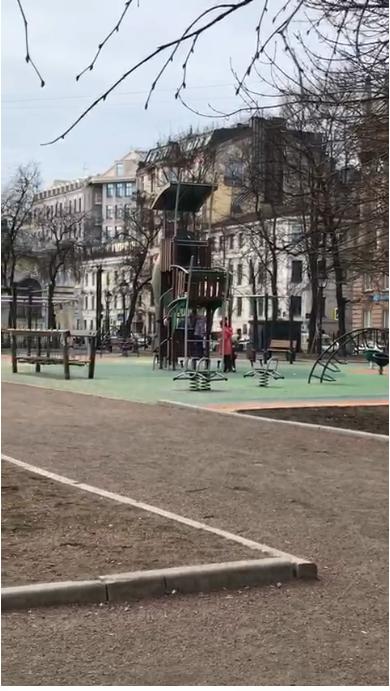 """Дети гуляют на площадках в центре города. Фото """"Metro"""""""