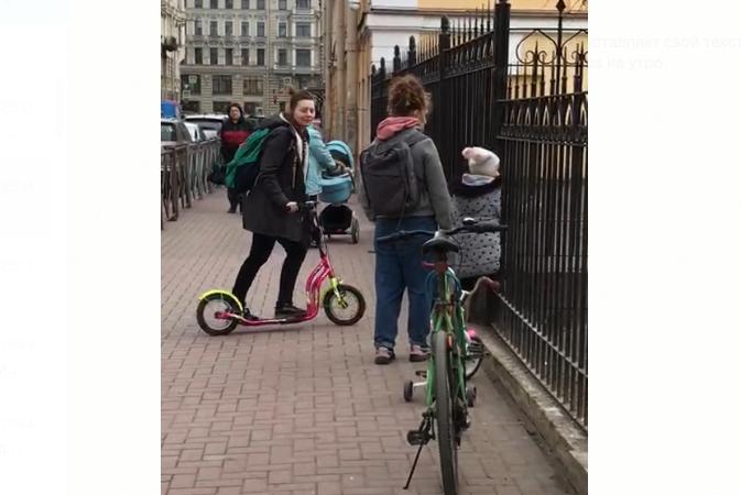 """Дети гуляют на площадках в центре города. Попадают туда порой через прутья железного забора. Фото """"Metro"""""""