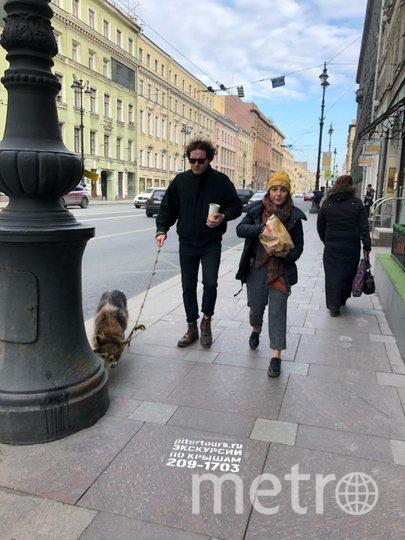 """Люди не опасаются есть руками на улице. Фото Карина Тепанян, """"Metro"""""""