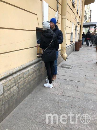 """Люди едят прямо на улице, ничего не боясь. Фото Карина Тепанян, """"Metro"""""""