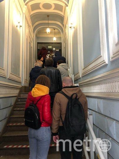 """Очереди в фаст-фуд: пускают только по нескольку человек. Фото Карина Тепанян, """"Metro"""""""