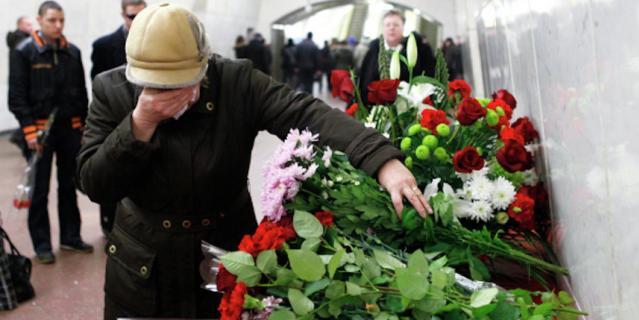 """Люди в год трагедии носят на станции, где произошли взрывы в поездах, цветы. Эта фотография была сделана в 2011-м на станции """"Лубянка""""."""