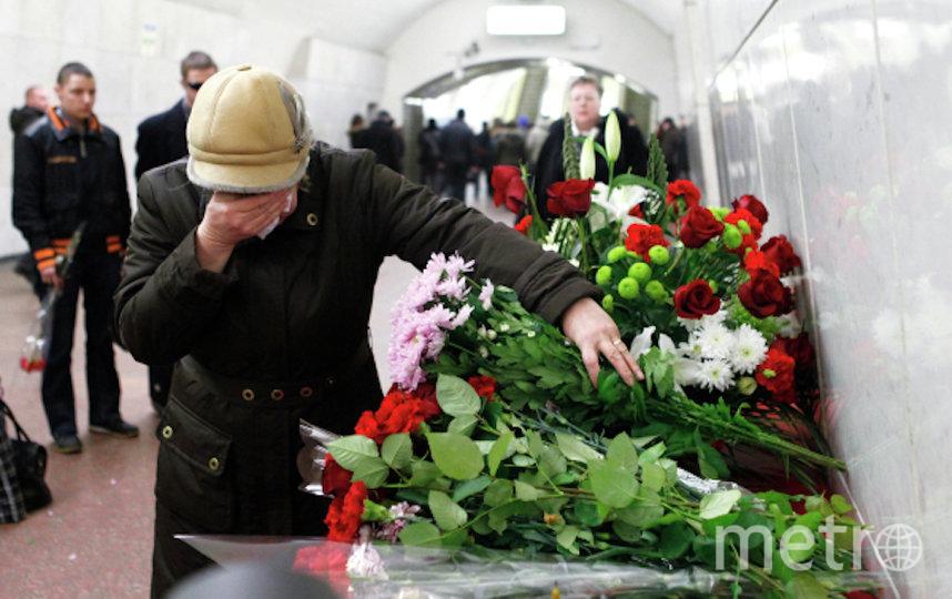 """Люди в год трагедии носят на станции, где произошли взрывы в поездах, цветы. Эта фотография была сделана в 2011-м на станции """"Лубянка"""". Фото РИА Новости"""