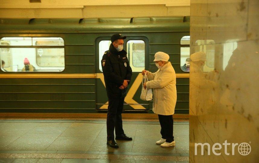 В метро у пожилых проверяют документы. Фото Василий Кузьмичёнок