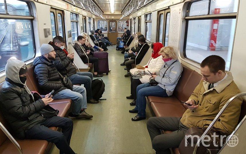 На радиальных ветках до кольцевой линии людей в поездах мало, а ближе к центру утром в вагонах почти уже не остаётся сидячих мест. Фото Василий Кузьмичёнок