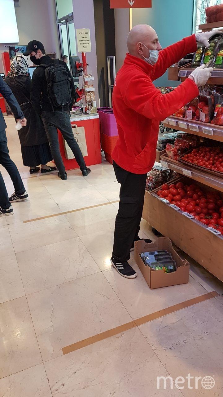 В некоторых магазинах появилась специальная разметка, которая помогает посетителям соблюдать дистанцию (на фото - Ашан на Тверской улице). Фото Василий Кузьмичёнок