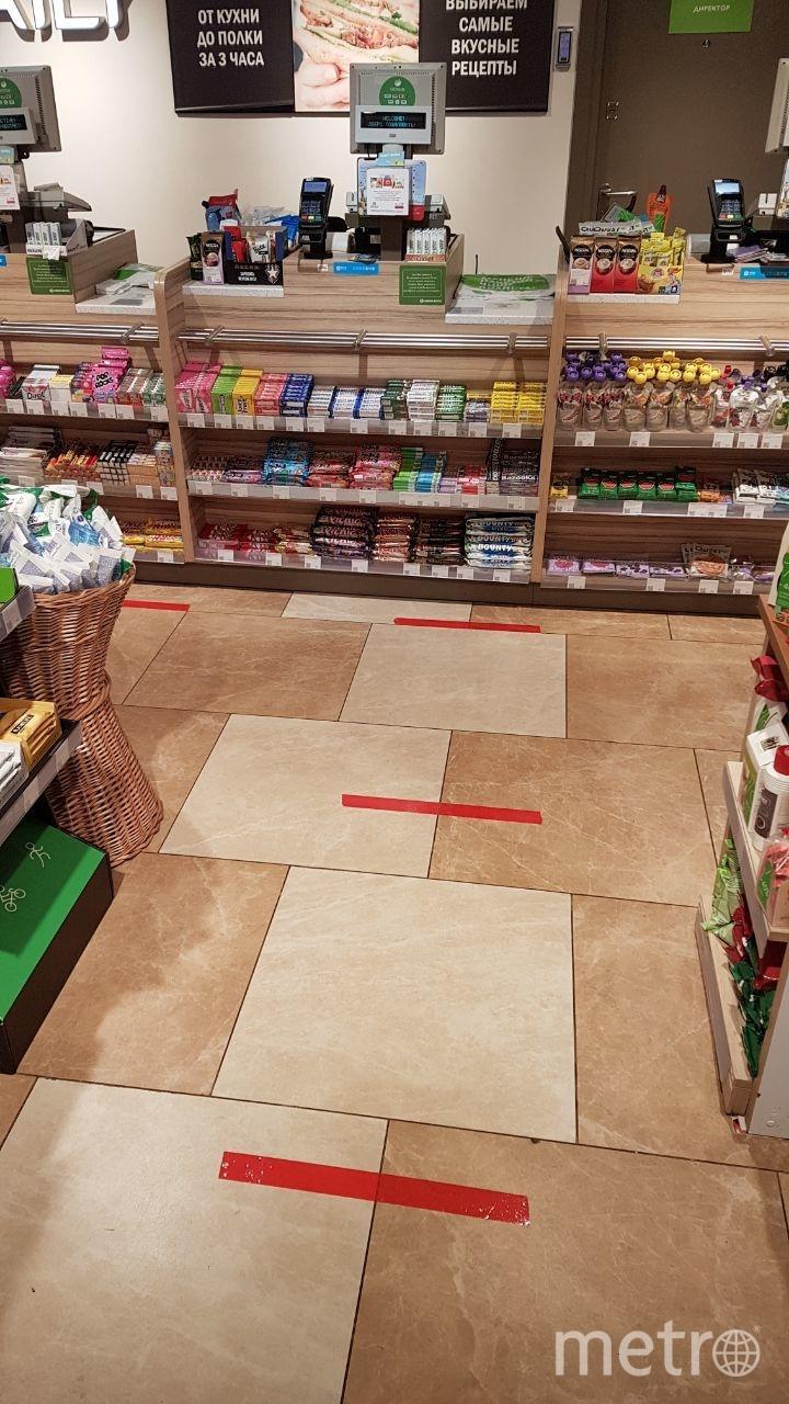 В некоторых магазинах появилась специальная разметка, которая помогает посетителям соблюдать дистанцию (на фото - Азбука вкуса). Фото Василий Кузьмичёнок