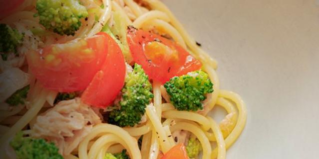 Паста с овощами и консервированным тунцом.