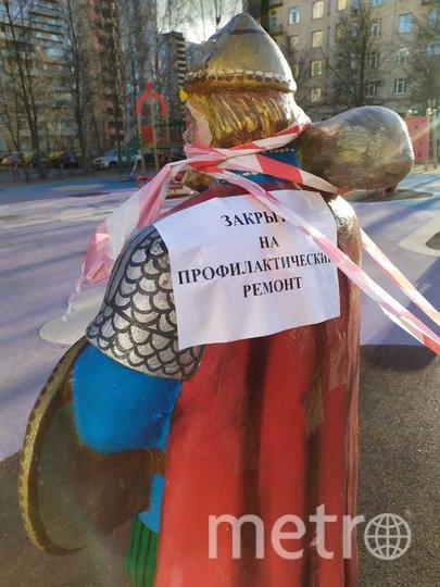 """Детские площадки обмотали. Фото Святослав Акимов, """"Metro"""""""