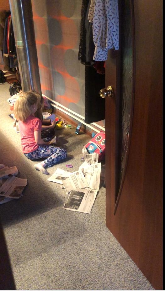 """Девочки в комнате делают оригами, няня учит их с экрана телефона. Фото предоставлено героиней материала, """"Metro"""""""