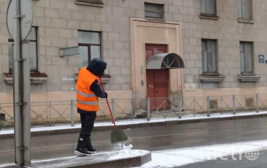 "Уборка утреннего снега 1 апреля. Фото gov.spb.ru/gov/otrasl/blago, ""Metro"""