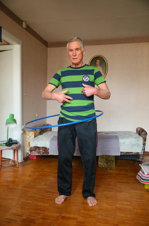 Вращение обруча (двигайте бёдрами, не животом). Фото Василий Кузьмичёнок
