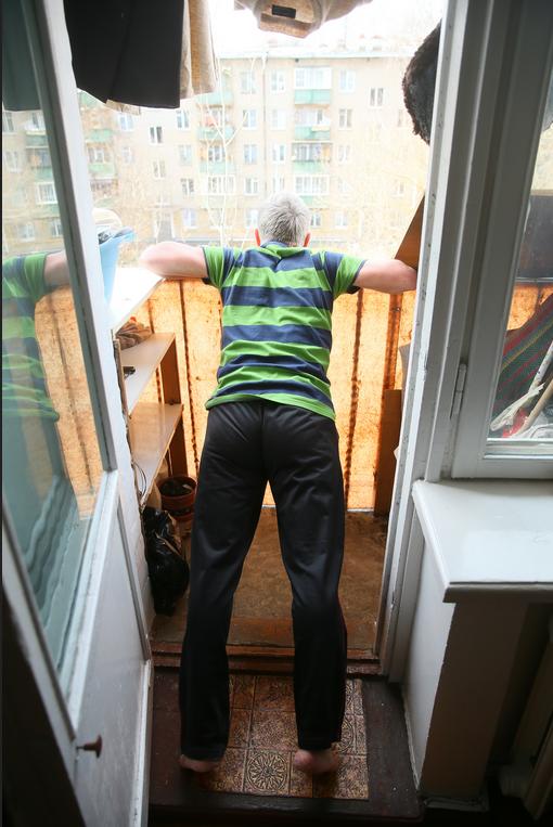 Отжимания от перил на балконе. Фото Василий Кузьмичёнок